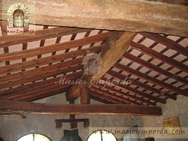 Detalle de la cubierta de la tercera planta con vigas vista de madera y cubierta a dos aguas