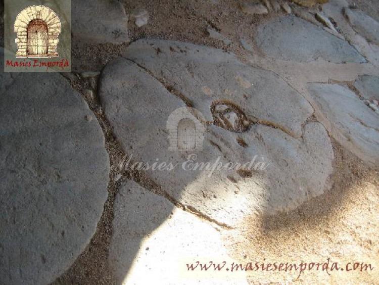 Detalle de las piedras de molino en el patio interior de la casa