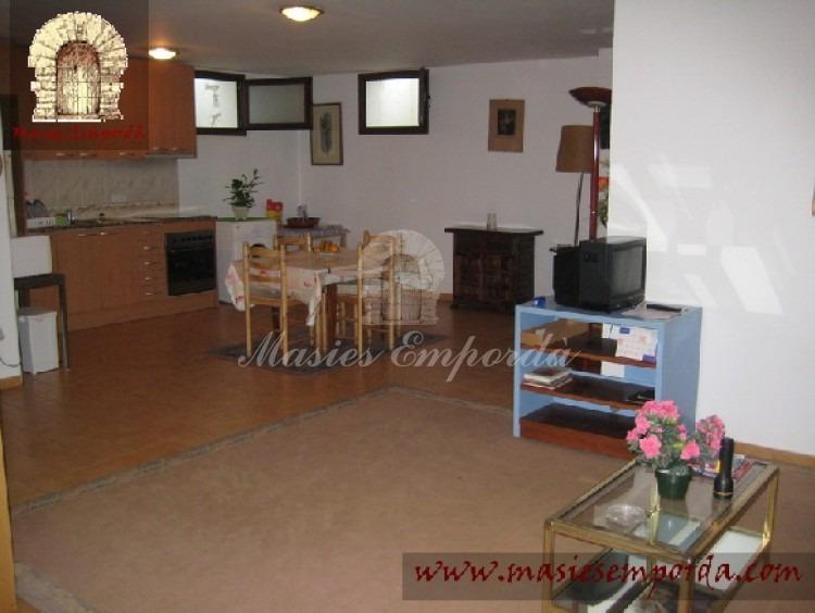 Salón de estar de la planta baja con el comedor y cocina al fondo de la imagen