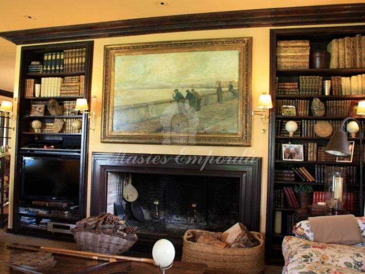 Detalle de la chimenea del salón de la casa