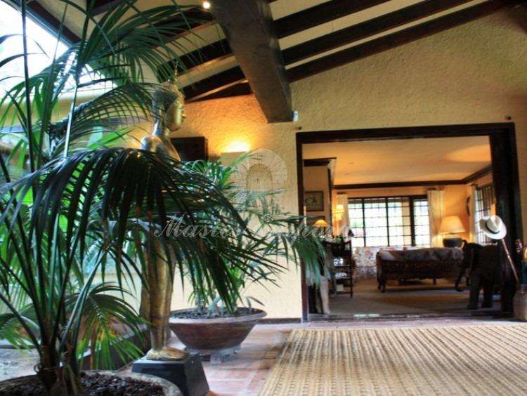 Hall de entrada a la casa donde se aprecia la cubierta a dos aguas de esta y la profundidad de los salones