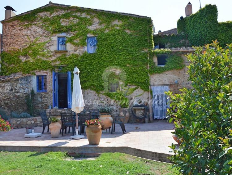 Fachada de la casa y vistas del jardín posterior.