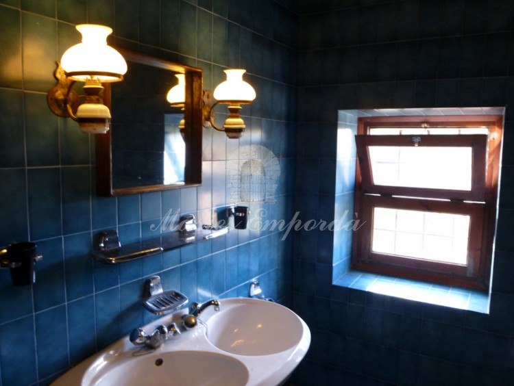 Baño completo con alicatado en azul cobalto