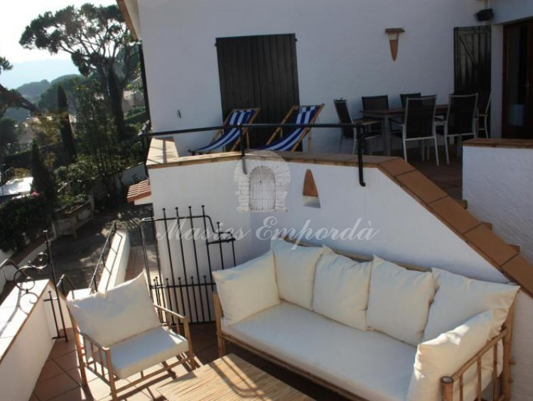 Detalle de las terrazas de la casa en diferentes alturas con vistas al mar