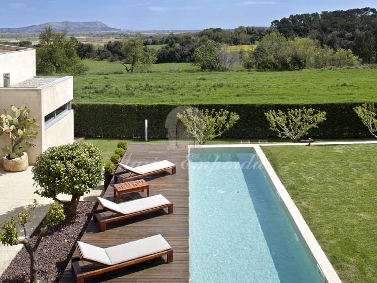 Vistas de la piscina y los campos desde la terraza de la segunda planta
