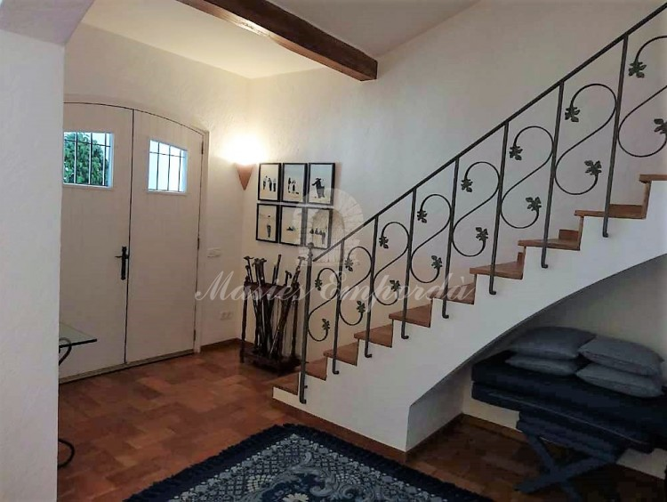 Hall y escalera de acceso a planta
