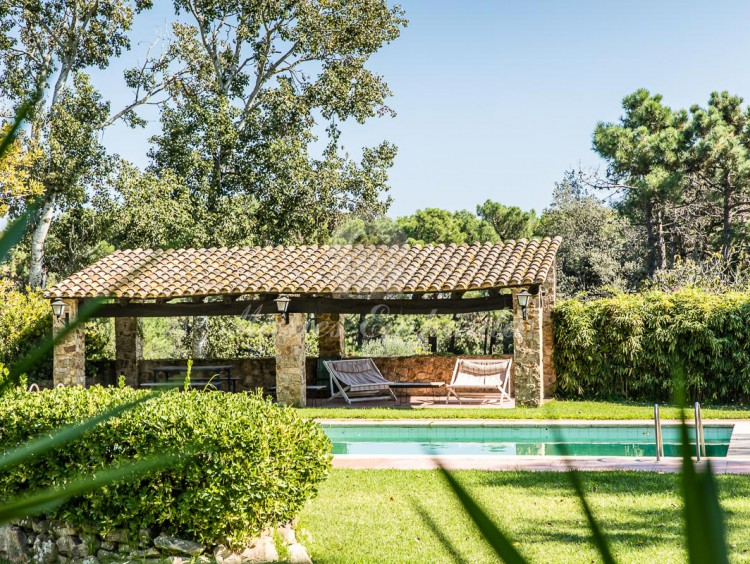 Detalle del porche de la piscina