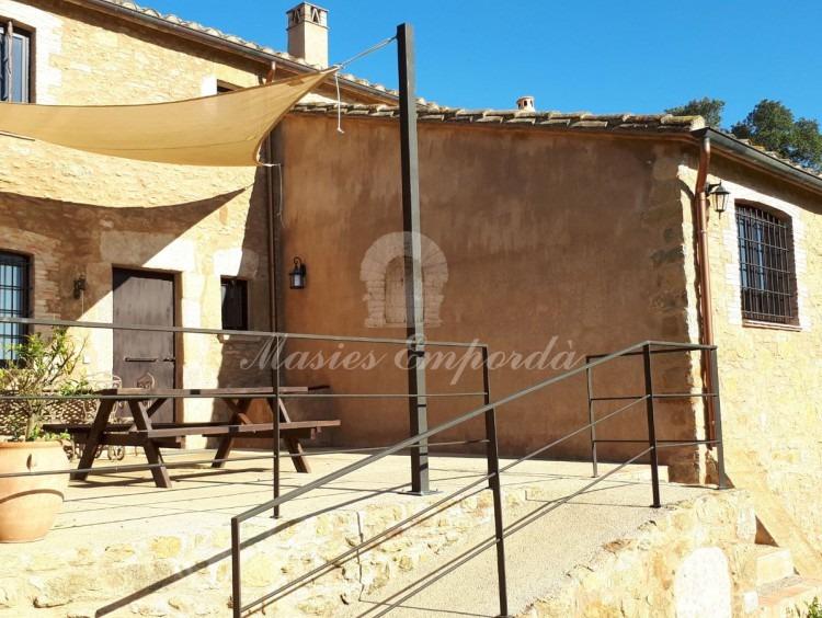 Terraza de la entrada a la casa con la barbacoa y comedor de verano
