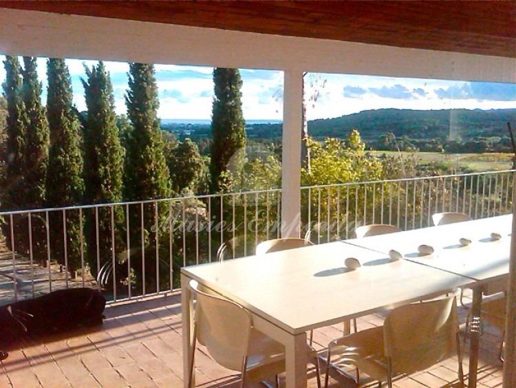 Terraza con mesa rectangular exterior con vista excelentes de contorno de la propiedad
