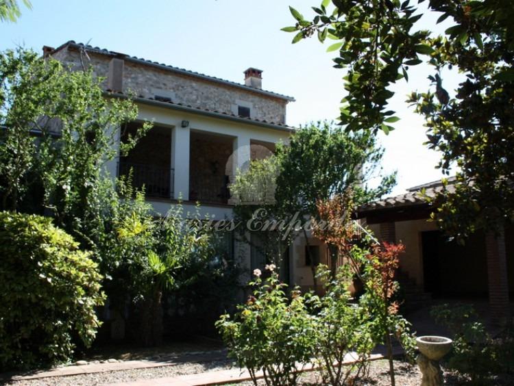 Fachada posterior de la casa desde el jardín