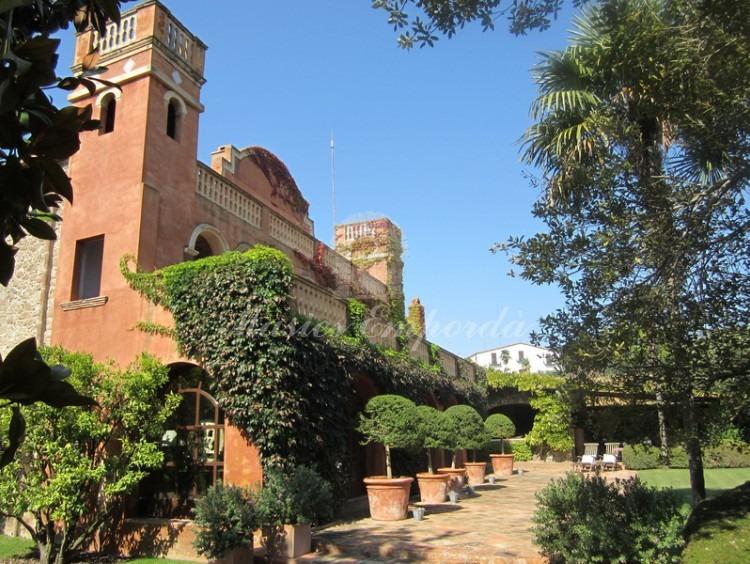 Detalle de la parte colonial de la masía con las dos torres y las terrazas que la presiden.