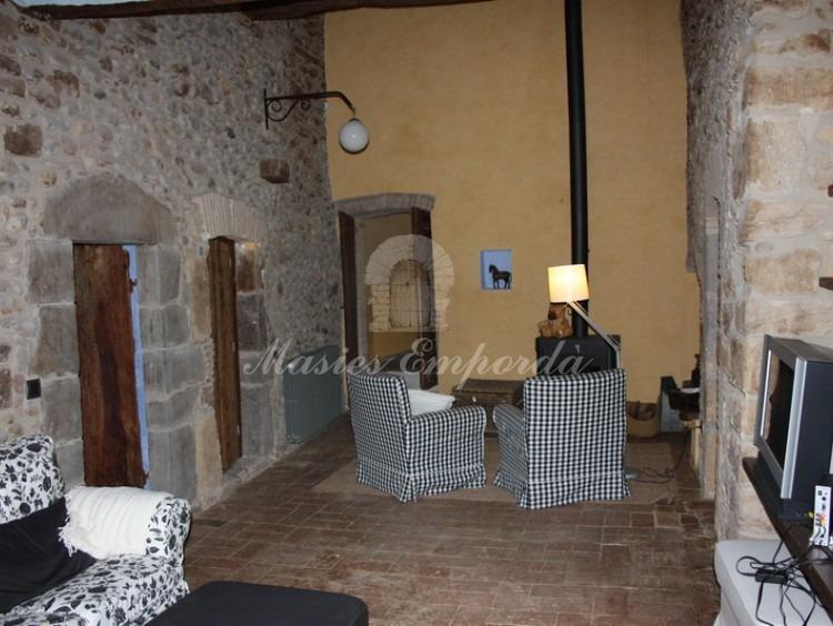 Salón de la casa en planta superior con chimenea