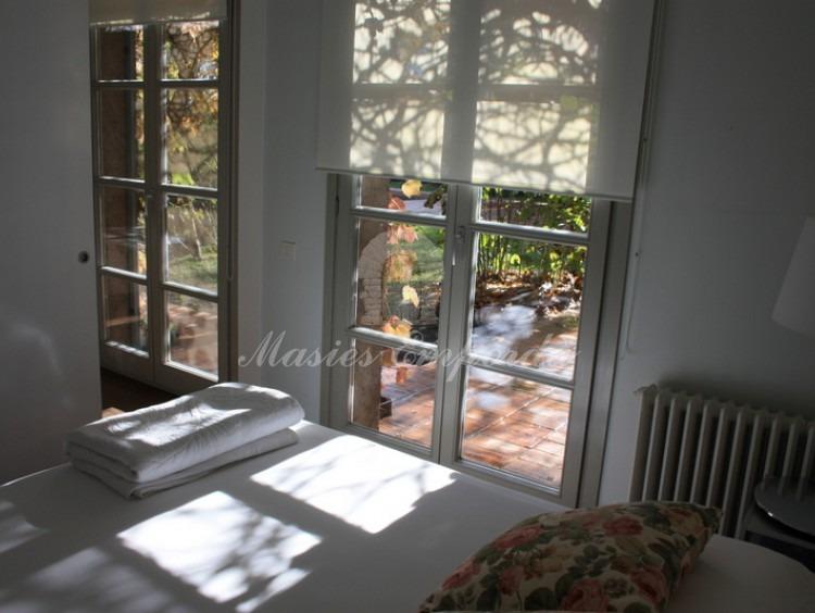Desde otro ángulo una de las suites de las casa con salida al jardín