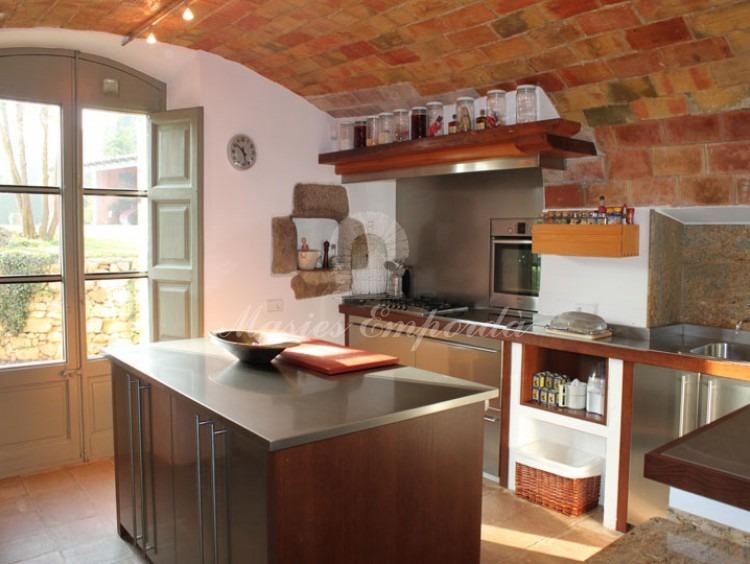 Cocina con techo abovedado en ladrillo de tova