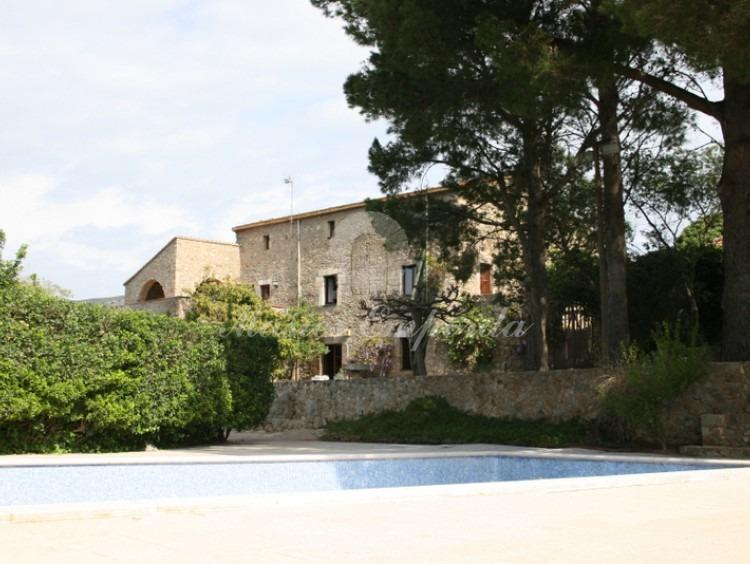 Entrada a la propiedad con la casa al fondo de la imagen.