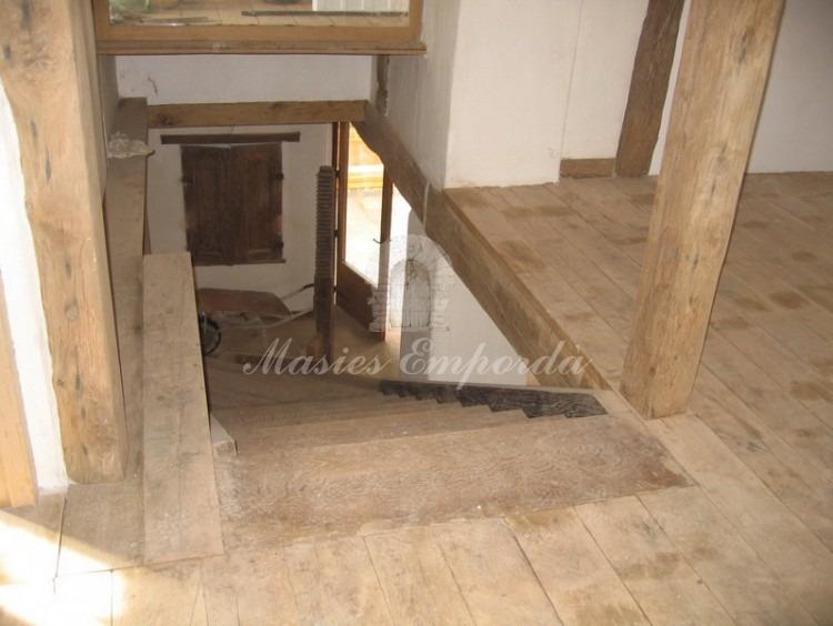 Escalera de acceso a planta