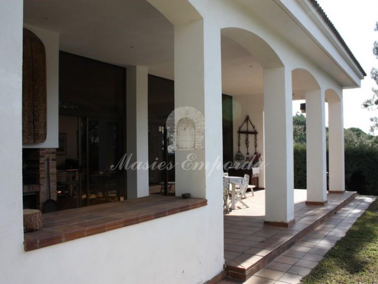 Detalle del porche del anexo con barbacoa y terraza cubierta de esta