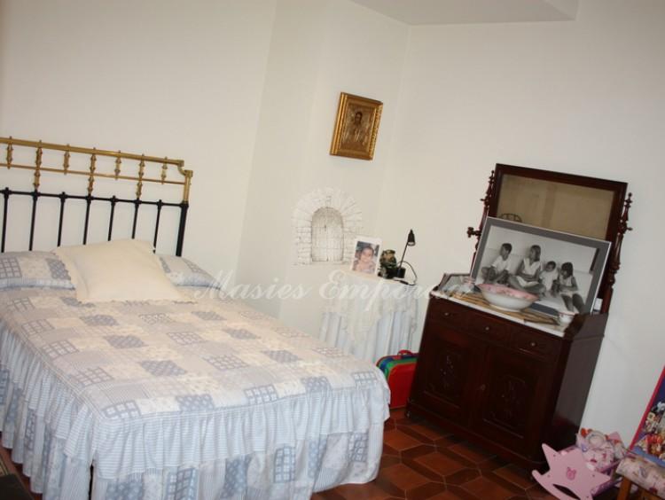 Una de las habitaciones de la casa con cama doble
