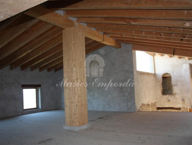 Detalle de las vigas de madera de la estructura de la casa y las salas de la segunda planta casa