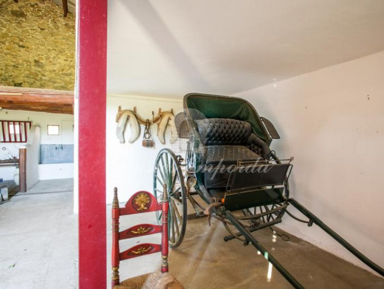 Detalle del garaje y de un carruaje de época tipo Ralli car.