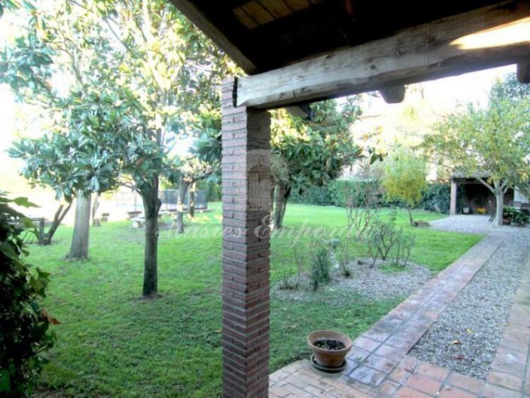 Vista del jardín desde el porche de la fachada posterío de la casa