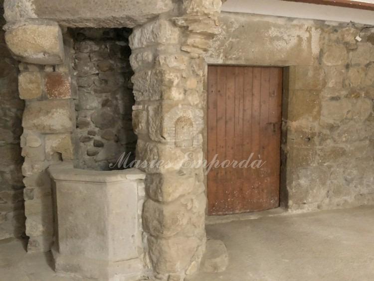 Detalle del pozo y la entrada a las cuadras