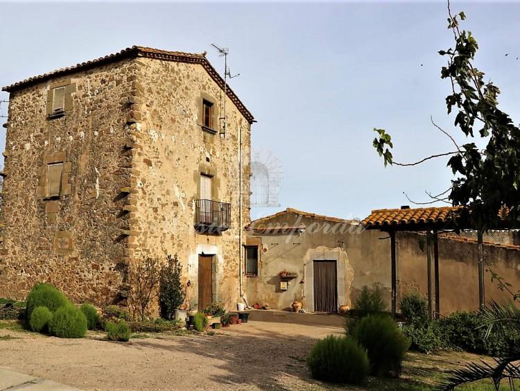 Vista de la antigua torre de defensa del castillo que ahora forma parte de la Masía.