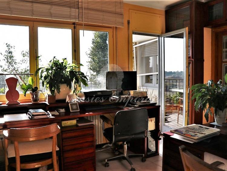 Desde otro ángulo  el despacho con salida a terraza con vistas a la parcela