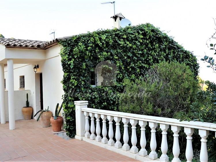 Fachada de la casa con la entrada con pequeño porche