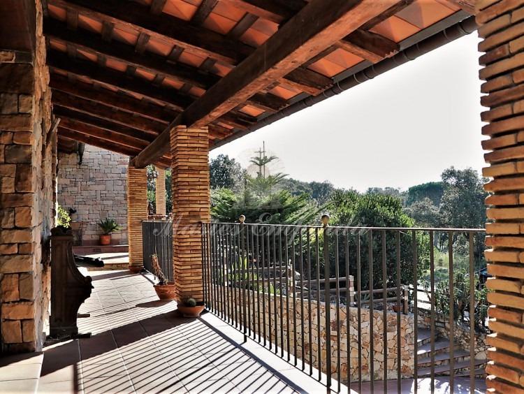 Desde otro ángulo la terraza de las habitaciones con vistas al valle.