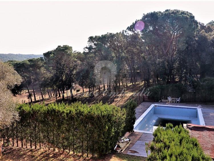 Terraza con vistas a la piscina y la finca